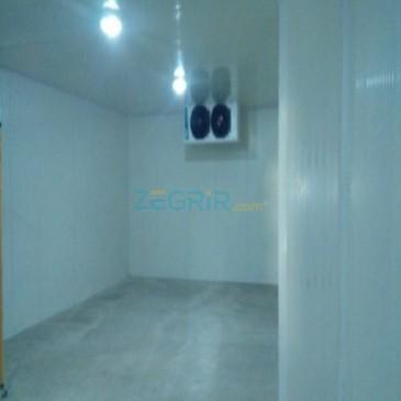 Chambre avec sol en béton isole